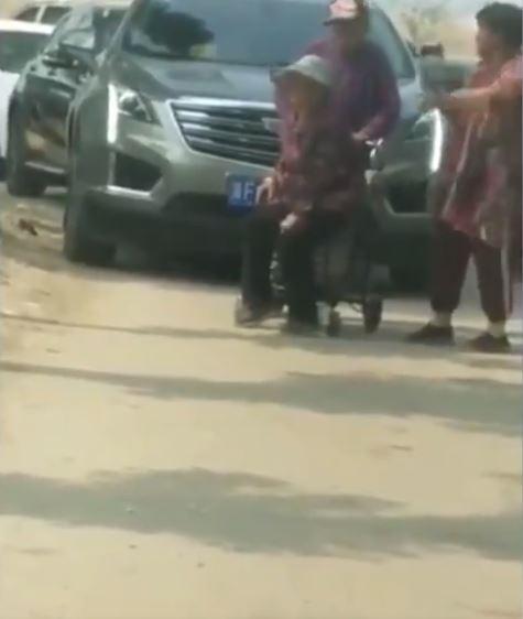 大陸輪椅奶奶學會當「共匪」 攔路強收過路費