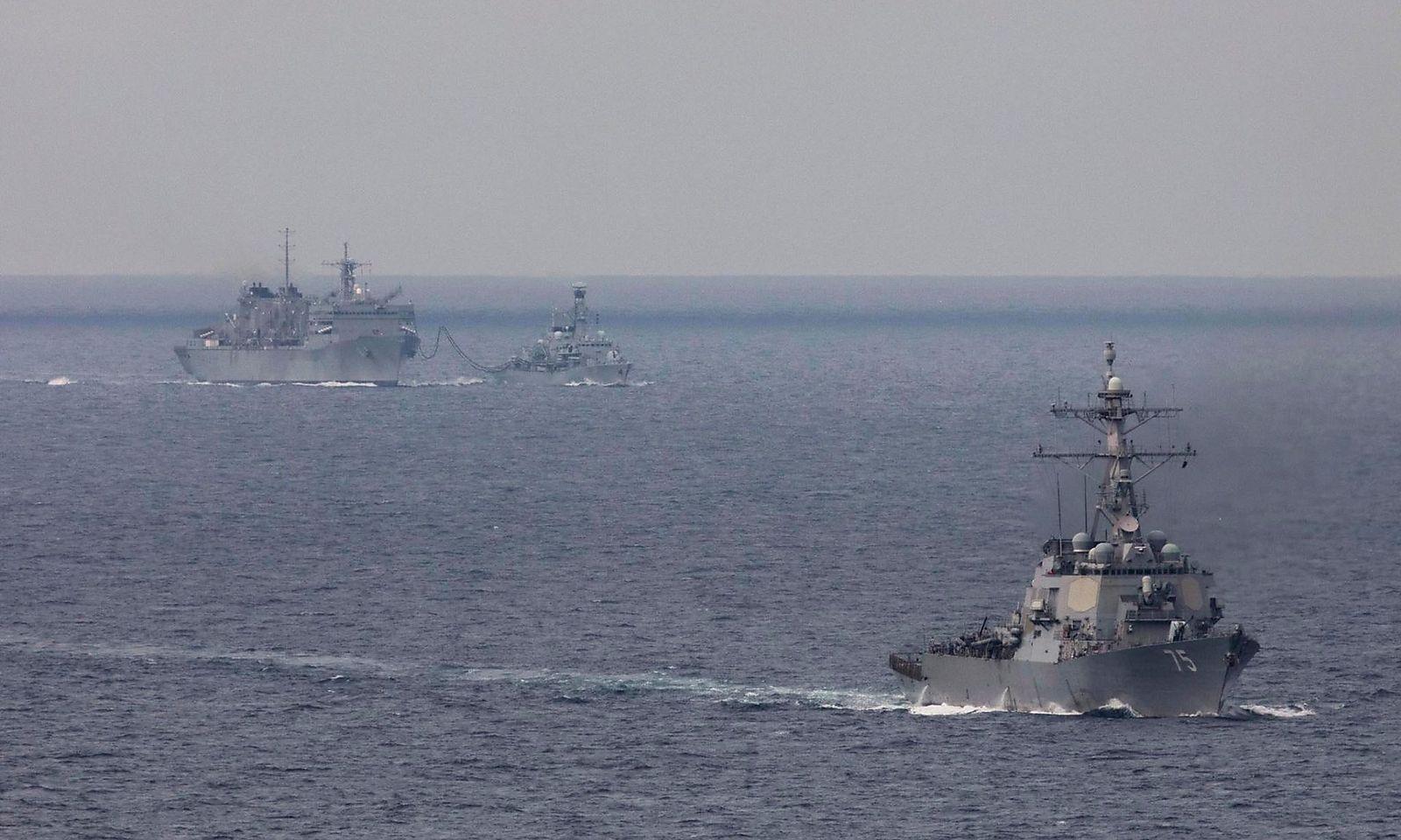 2020年4月在南中國海實施航行自由行動的美國兩艘軍艦。(美國海軍照片)