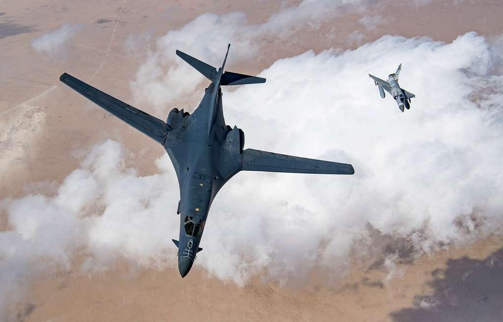 美國空軍B-1B轟炸機(左)(USAF)