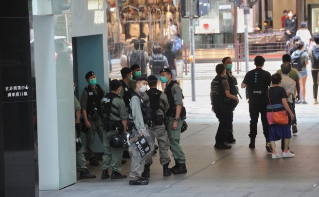 5月10日母親節,市民往尖沙嘴「行街」,防暴警察嚴陣以待。(宋碧龍/大紀元)