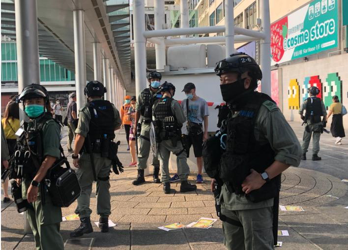 5月10日,網民發起尖沙咀「母親節行街」,以及各區商場「和你sing」活動。大批防暴警察在尖沙咀各處巡邏,截查行人(梁珍/大紀元)