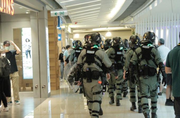 大批防暴警察進入商場。(宋碧龍/大紀元)