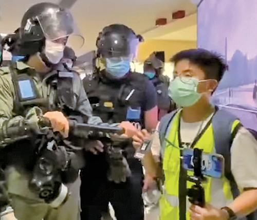 一名13歲學生記者在尖沙咀海港採訪期間一度遭警察恐嚇及搜身。他後來被警方帶走,一個多小時後被釋放。(網媒PSHK圖片)