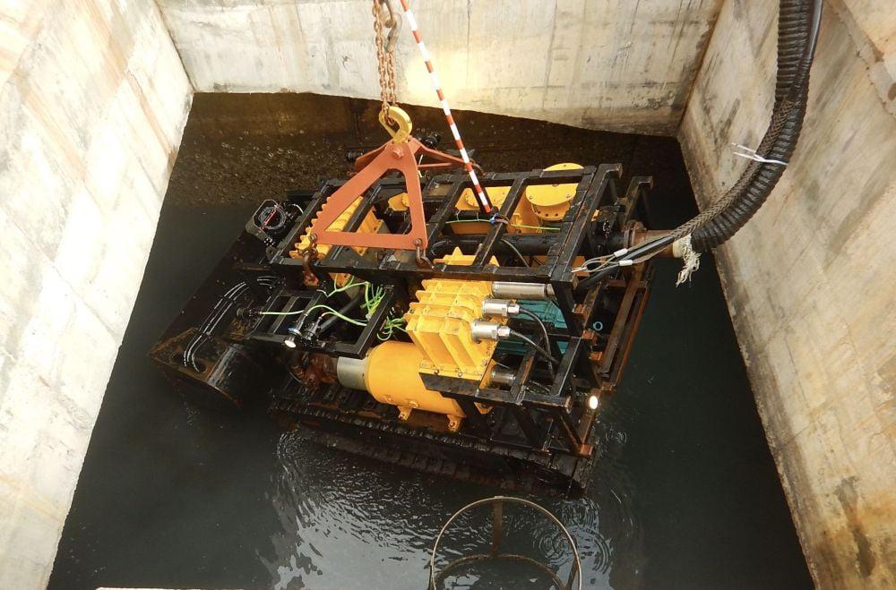 渠務署引入一部新式的遙控清淤機械人,操作員可在工作室內,遙控機械人清淤,免卻進入密閉和淹浸的箱形暗渠。(發展局圖片)