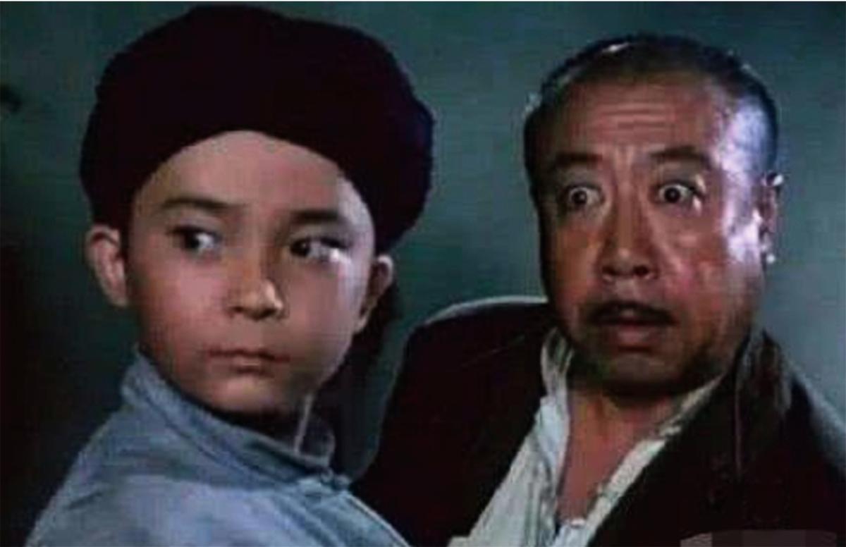 劉江(右)在影片《閃閃的紅星》中飾演「胡漢三」一舉成名。(網絡圖片)