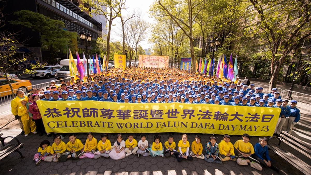 圖為2018年5月11日紐約法輪功學員向李洪志大師祝壽的畫面。 (大紀元資料庫)