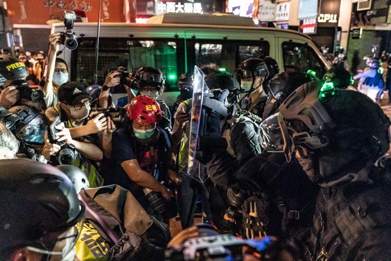 5月10日母親節,香港多區商場舉行抗議活動,遭到香港警方暴力驅散,上百人被捕,大批記者被暴力截查。(Anthony Kwan/Getty Images)