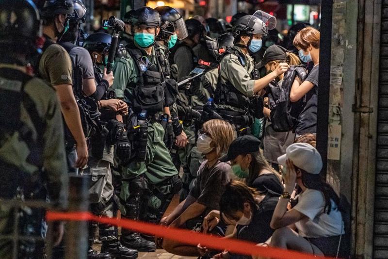 5月10日,港警暴力升級,大紀元等多家媒體記者以及市民被警方截查。(Anthony Kwan/Getty Images)