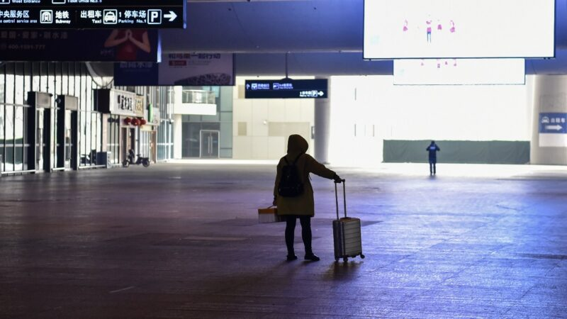 1月23日,武漢封城後,一名乘客到達冷清的武漢火車站。(HECTOR RETAMAL/AFP via Getty Images)