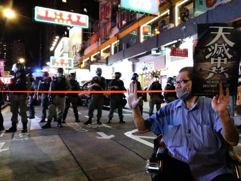 「天滅中共」標語和「五大訴求 缺一不可」手勢同現香港街頭