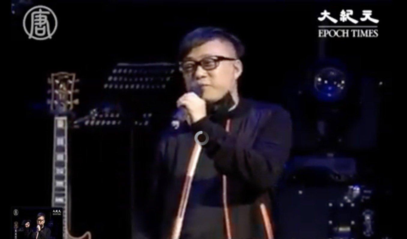 去年11月,林夕到台北出席「撐香港,要自由音樂會」。他向台灣歌迷介紹香港當時的局勢:在香港喊「香港加油」四個字、戴口罩、穿黑衣,甚至買個雞蛋,都會被警方視為有罪。(大紀元資料照)