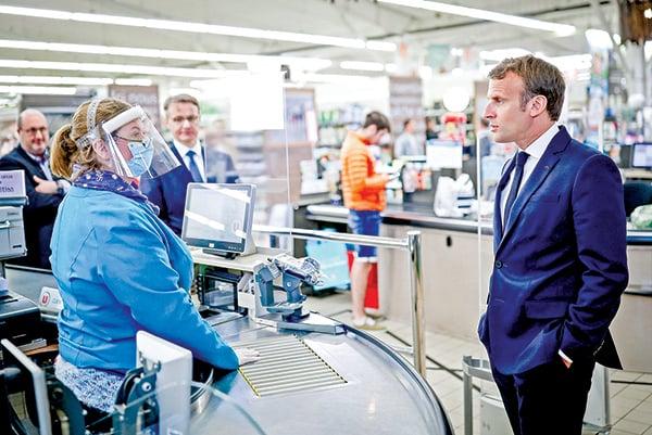 法國總統馬克龍不久前對《金融時報》說,不要天真地以為中國(中共)控制疫情好得多,中共顯然有許多事不為人知。圖為馬克龍(右)4月22日在法國一家超市了解中共肺炎衝擊下的商品供應情況。(Getty Images)