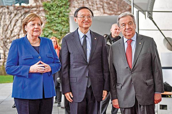 2020年1月19日,德國總理默克爾與中共中央外事辦主任楊潔篪(中)、聯合國秘書長古特雷斯(右)在德國柏林總理府參加利比亞和平峰會時會面。(Getty Images)