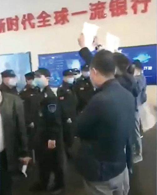 一夜間虧至傾家蕩產的原油寶投資者到中國銀行維權。(影片截圖 )