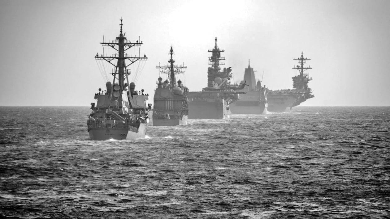 2020年3月15日美利堅遠征打擊群與羅斯福號航母作戰群在南中國海演練。(美國海軍照片)