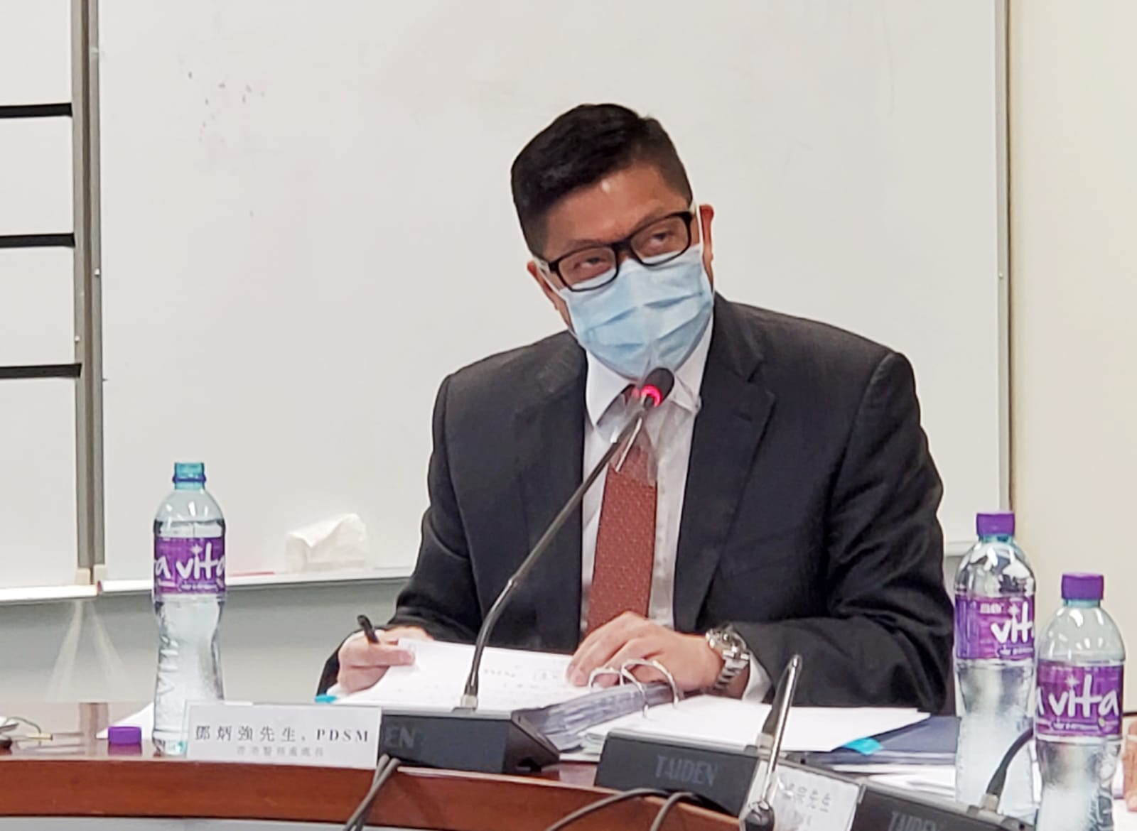 警務處長鄧炳強今日(12日)出席元朗區議會會議,否認自己是中共黨員,承認「傳媒經歷不理想」但拒道歉。議員則斥香港警察接連違法,只是「有牌爛仔」。(宋碧龙/大紀元)