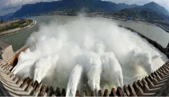 長江三峽大壩為預備汛期的到來,洩洪。示意圖。(阿波羅網)