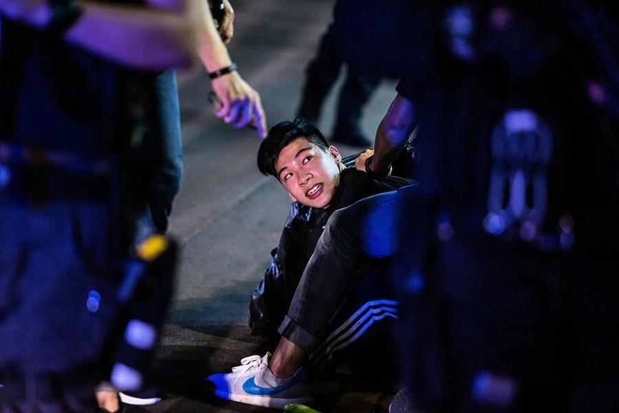 港警要記者停機下跪 記協主席批「十分羞辱」