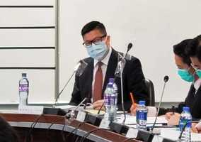 鄧炳強出席元朗區議會 撐警藍絲疑違「限聚令」無事
