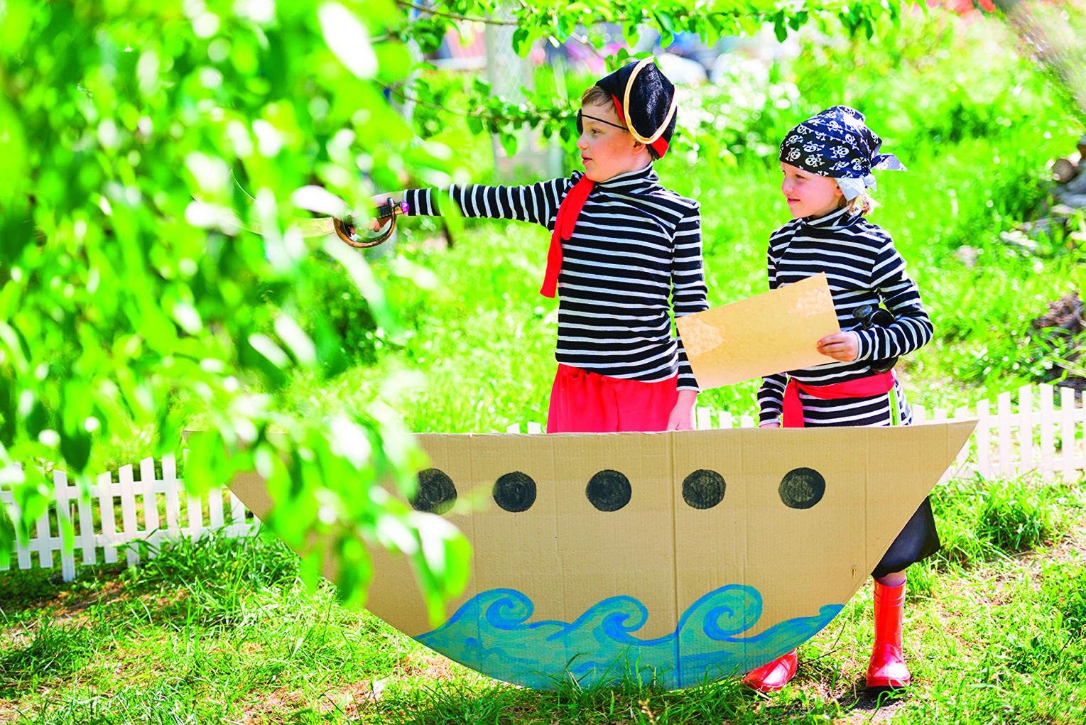 讓孩子運用想像力,在院子裏面遊玩。