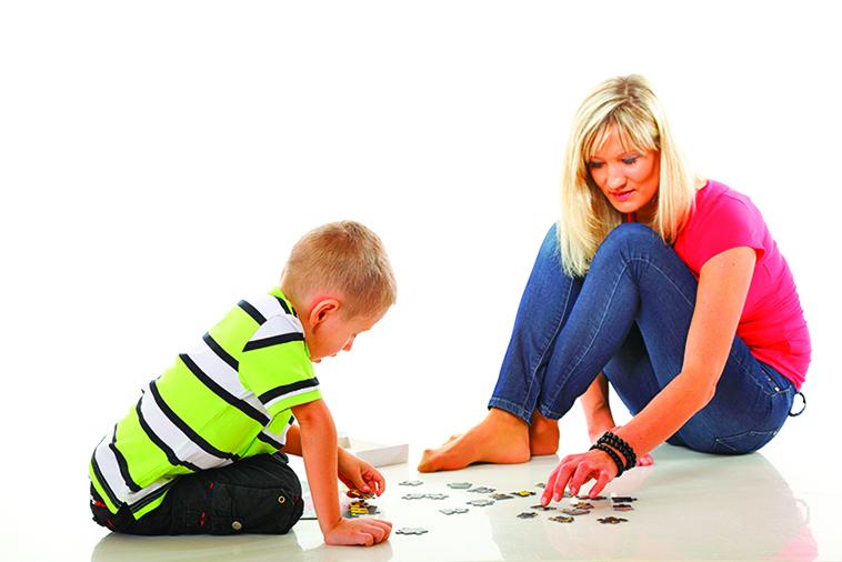 親子一起拼圖,可以訓練專注力。