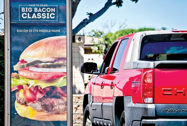 5月5日,加州一家Wendy's快餐店,顧客開車買餐。(Getty Images)