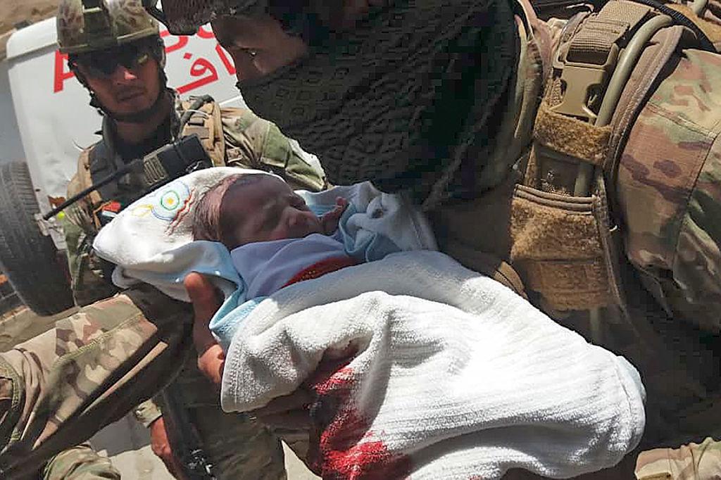 阿富汗首都喀布爾一間婦產科醫院入口處12日發生自殺炸彈攻擊,特種部隊迅速抵達現場,並封鎖醫院周圍的區域,撤出院內100多人,包括新生兒。(STR/AFP via Getty Images)