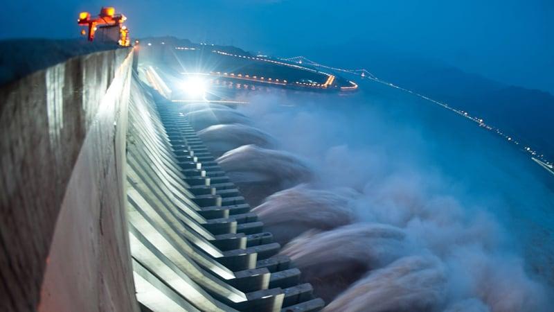 有香港風水師預言,今年初夏一場大地震會讓三峽大壩決堤倒塌,洪水氾濫成災。(STR/AFP/GettyImages)