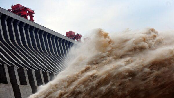 最研究數據顯示,三峽大壩洩洪的破壞力為自然洪水的25倍。(STR/AFP/GettyImages)