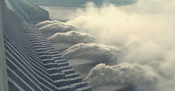 香港風水師權朗預言,長江三峽大壩將在一場大地震中決堤、倒塌。(影片截圖)