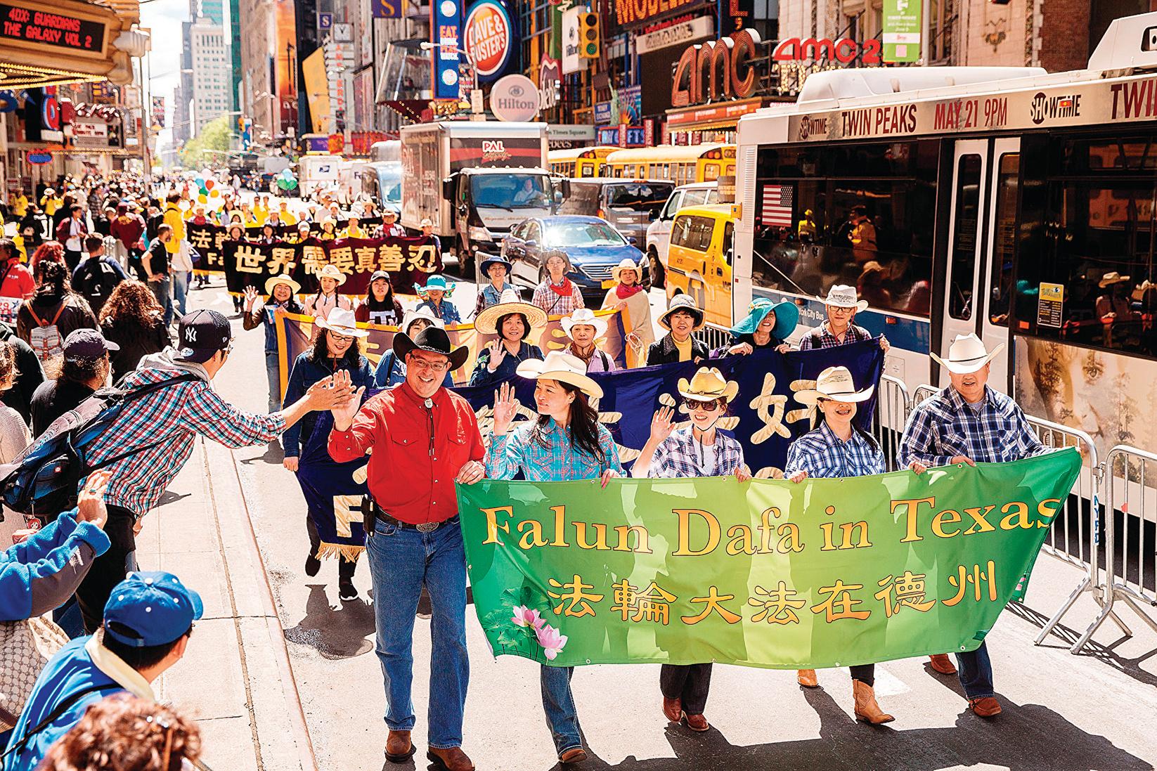 各族裔法輪功學員往年在紐約曼哈頓遊行、慶祝法輪大法洪傳的圖片。(大紀元)