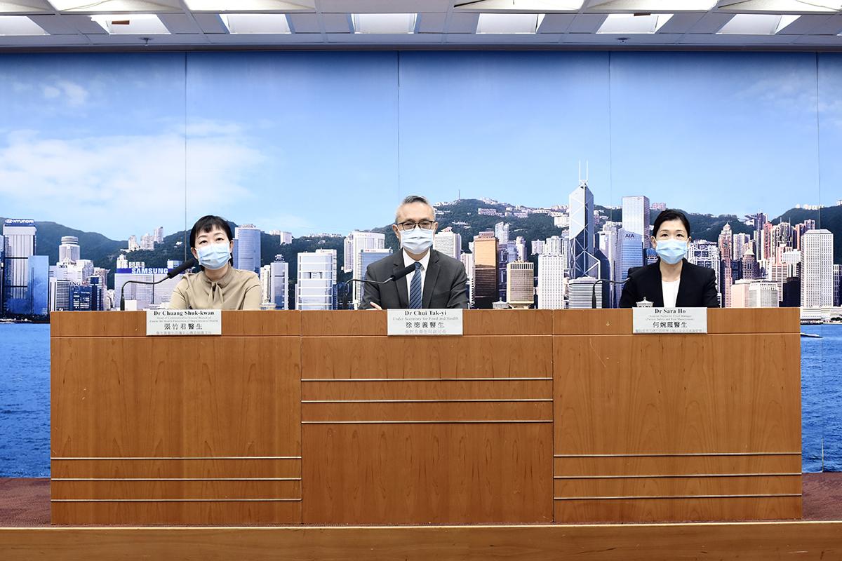 食物及衛生局副局長徐德義(中)表示,政府非常關注本港相隔二十多天後,再次發現有確診本地個案。(政府新聞處)