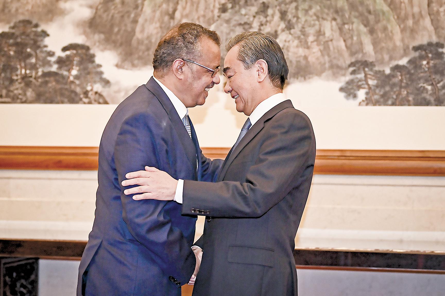 2020年1月28日,WHO總幹事譚德塞在北京釣魚台國賓館與中共外長王毅握手。(Getty Images)