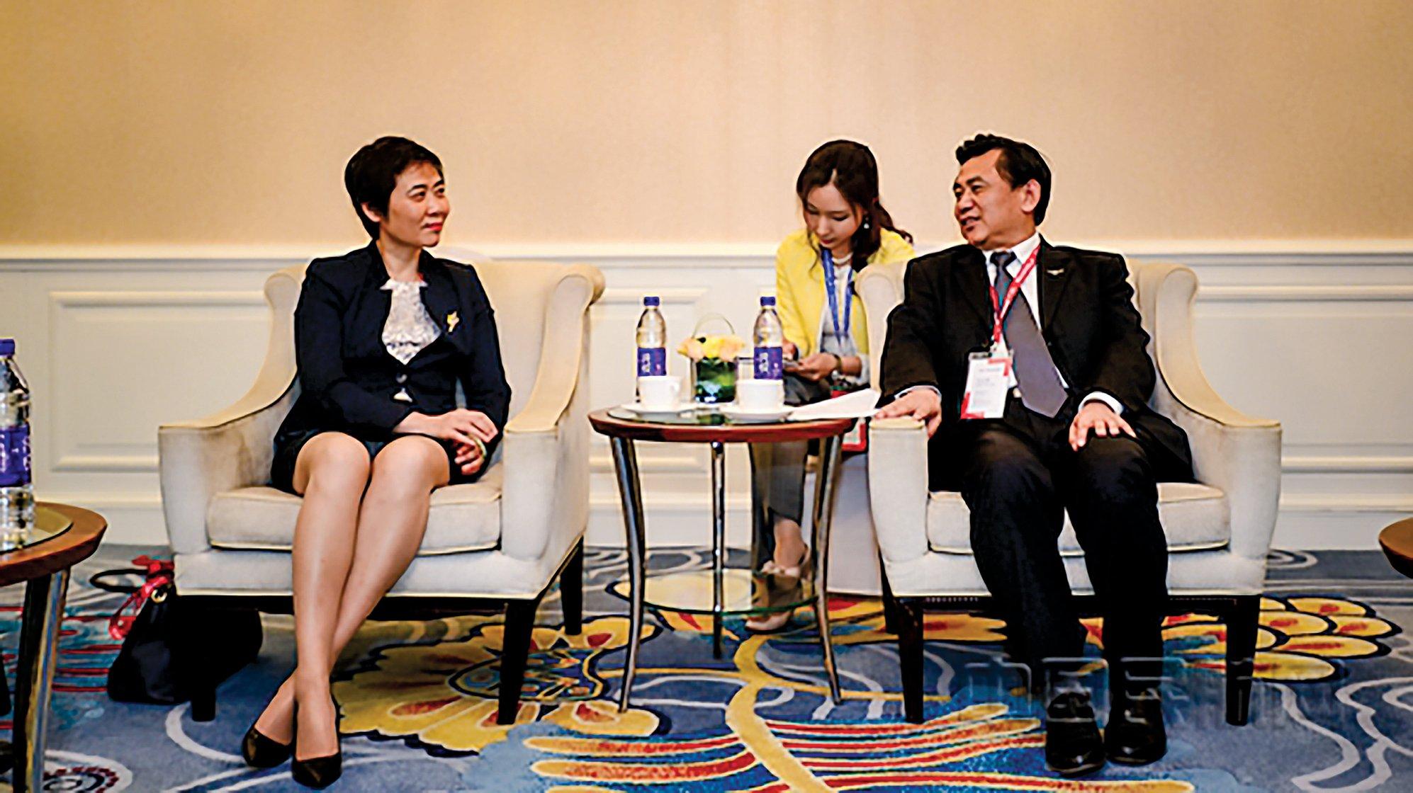 2017年5月,中共民用航空局黨委書記馮正霖(右)會見了赴京參加2017中國民航發展論壇的國際民航組織(ICAO)祕書長柳芳(左)。(網絡截圖)