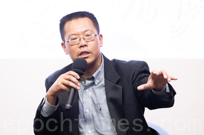 圖為揭露中共孔子學院內幕的紀錄片《假孔子之名》1月8日在台灣大學放映,人權律師滕彪出席映後座談。(陳柏州/大紀元)
