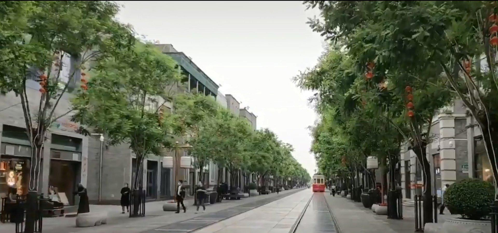 北京前門商業街人煙稀少(網路影片/影片截圖)