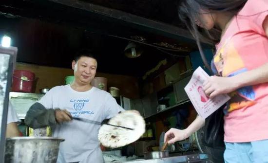 邵建華開了家梅乾菜扣肉餅店,因長得像習大大,從早到晚,買餅的人總是排著長隊。(微博圖片)