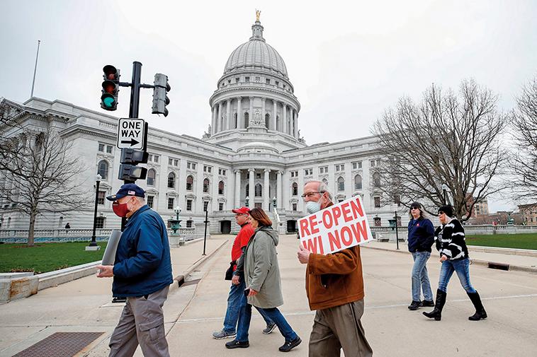 威斯康辛州最高法院駁回該州的延長居家令。圖為4月24日,抗議者在威州議會大廈前抗議,要求重新開放。(AFP)