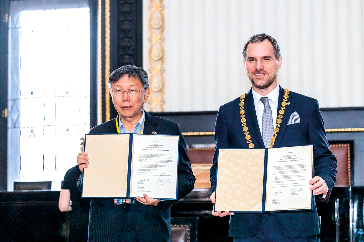 2020年1月13日,捷克首都布拉格市長賀瑞普(右)與台北市長柯文哲(左)簽署協議,締結為姊妹城市。 (台北市政府)