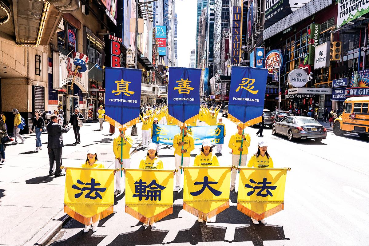 2019年5月16日,來自歐洲、亞洲、南美洲、北美洲、非洲、大洋洲六大洲的部份法輪功修煉者,聚集在紐約曼哈頓,舉行盛大遊行慶祝法輪大法洪傳27周年。(戴兵/大紀元)