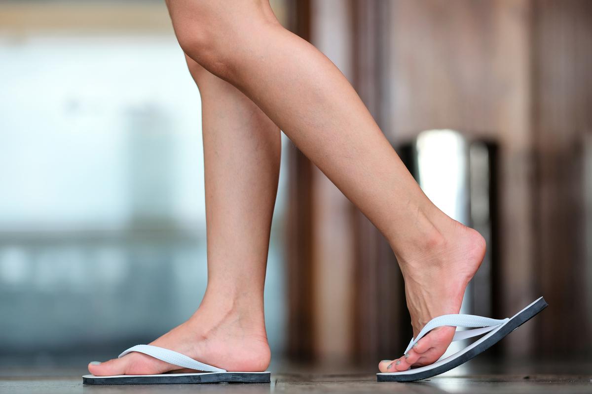 長久穿夾腳拖鞋,容易讓小腿前面的肌群產生過度疲勞的現象。