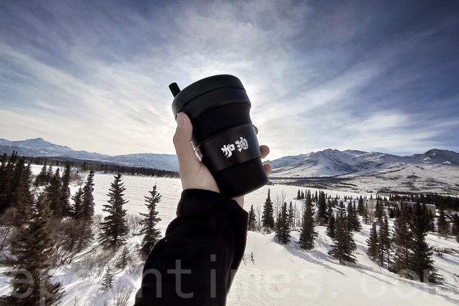 台灣藝術家、極地攝影師馬賽將「香港加油」環保可摺疊杯帶到阿拉斯加。(受訪者提供)