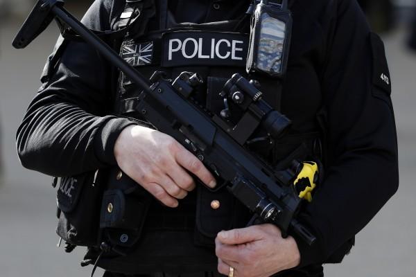 繼劫殺法國神父後,「伊斯蘭國」揚言攻擊倫敦等世界主要首都。圖為倫敦一名執勤的武裝警察。(ADRIAN DENNIS/AFP)