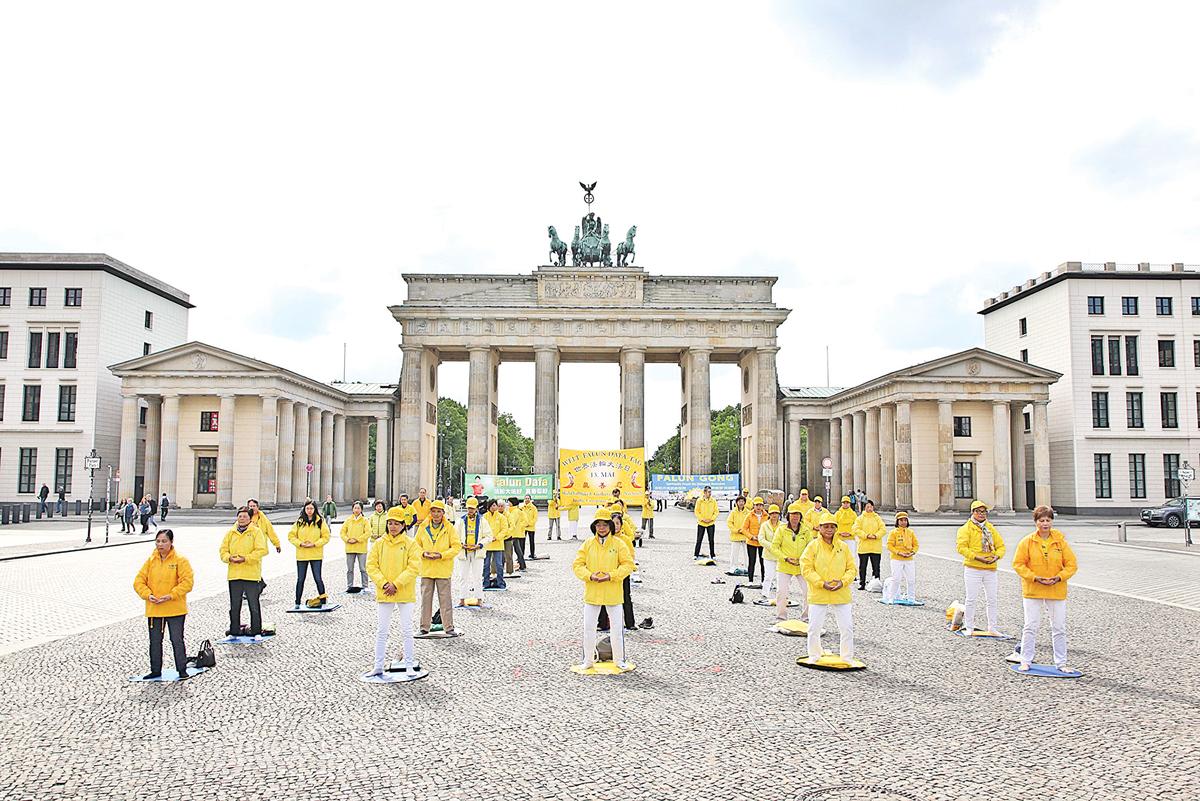 5月13日下午,德國部份法輪功學員在首都柏林市中心集體煉功,以此慶祝「5·13世界法輪大法日」。德國政府不久前放鬆了居民出行和集會的限制,根據規定可以舉行最多50人的小型集會。(穆華/大紀元)