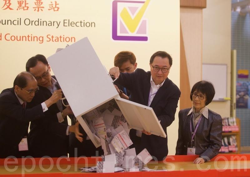 圖為2019年11月24日,香港區議會選舉,九龍塘官立小學票站馮華等人進行開票。(余鋼/大紀元)