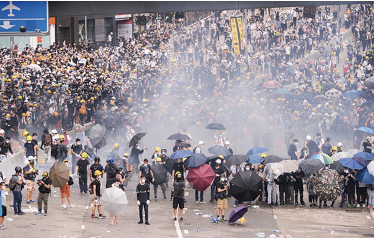2019年6月12日,上萬民眾抗議港府執意修例,遭警方發射催淚彈驅趕,。(宋碧龍/大紀元)