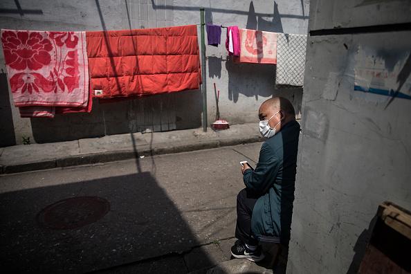 2020年4月24日,武漢經歷過11周的封鎖後,一市民在自家後巷。(Getty Images)