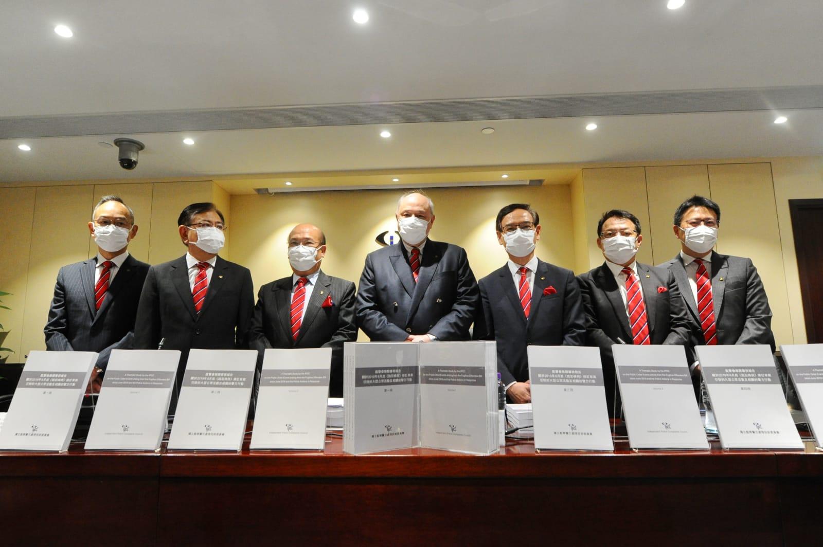 監警會會主席主席梁定邦及專案組督導委員會成員共11人,出現了新聞發佈會,宣佈了監警會報告出爐。(宋碧龍/大紀元)