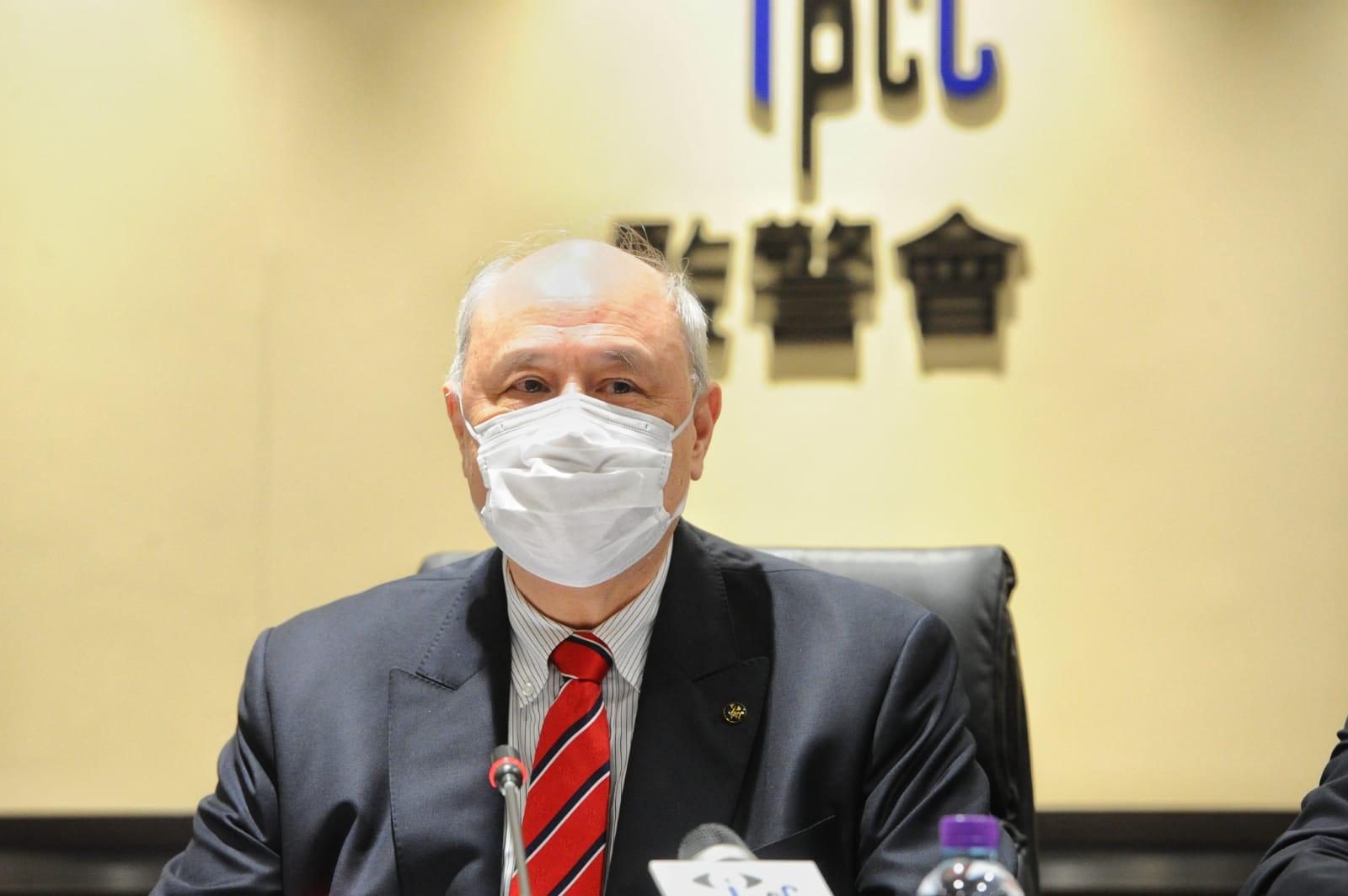 監警會會主席主席梁定邦在新聞發佈會宣佈了監警會報告出爐。(宋碧龍/大紀元)