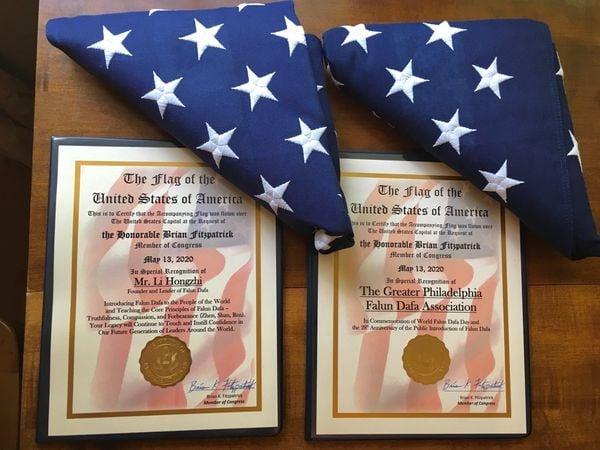 布萊恩・菲茨派翠克(Brian Fitzpatrick)議員辦公室將兩面國旗和褒獎證書贈送給費城法輪大法學會。(法輪功學員提供)